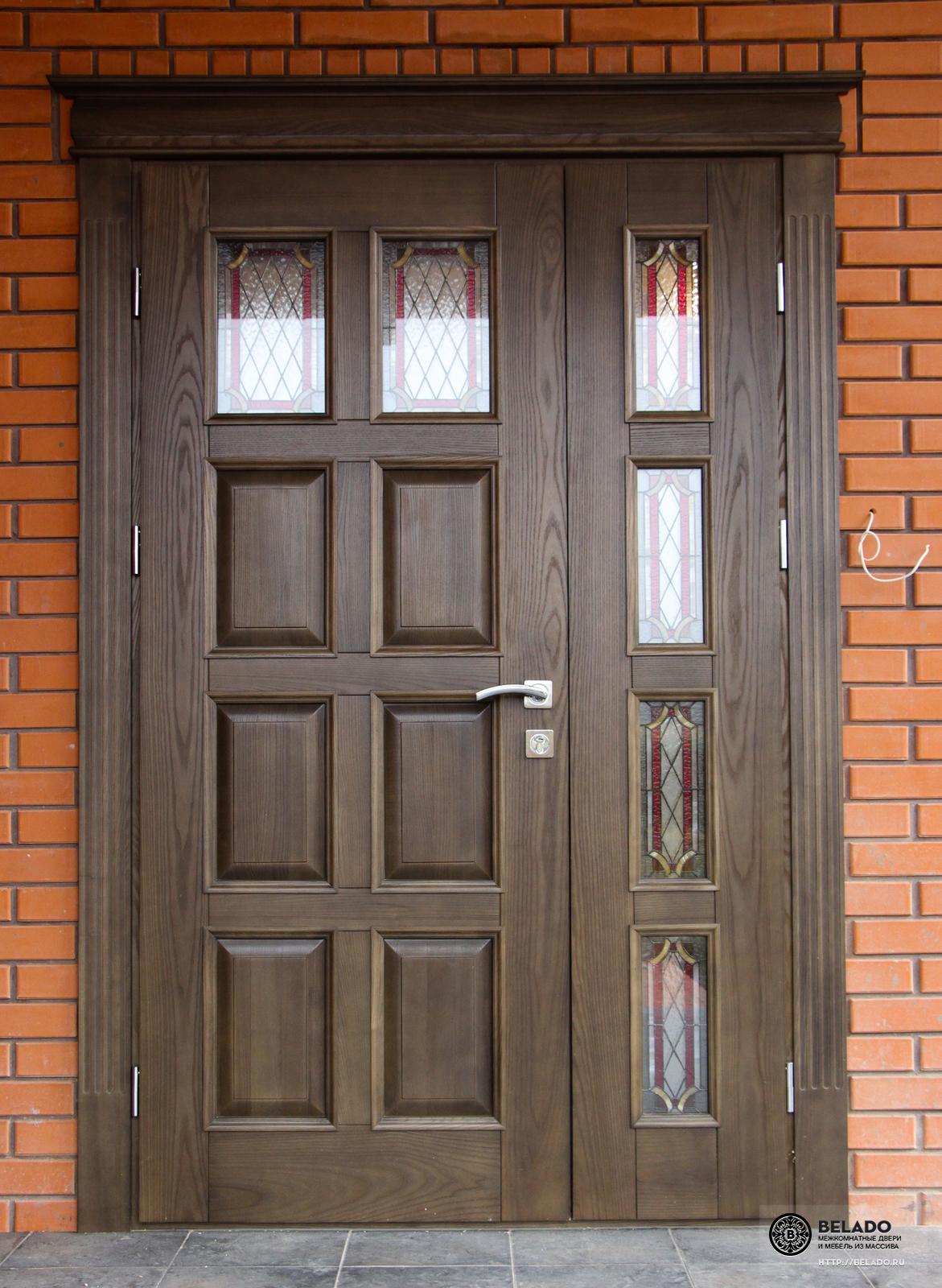красивые входные двери в коттеджах с витражом